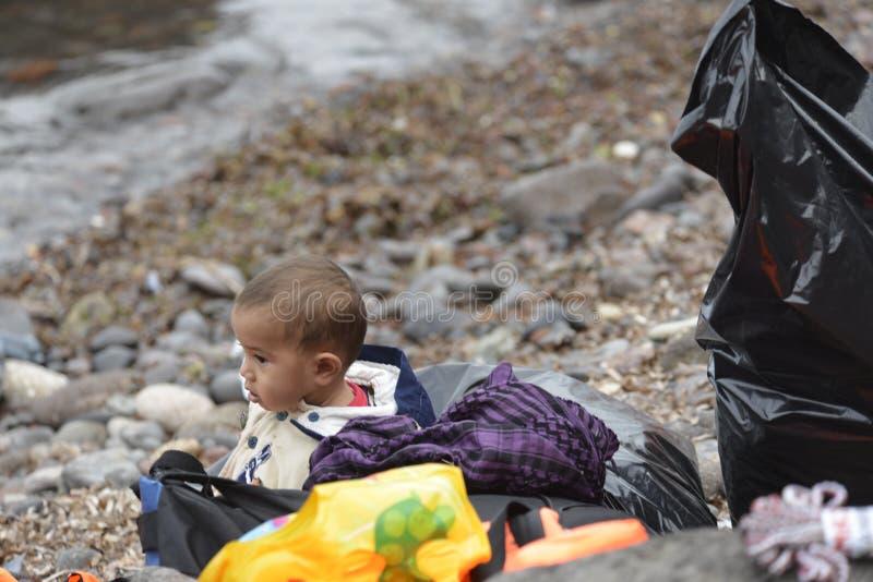 Vluchtelingskind garbagebag Lesvos Griekenland royalty-vrije stock fotografie