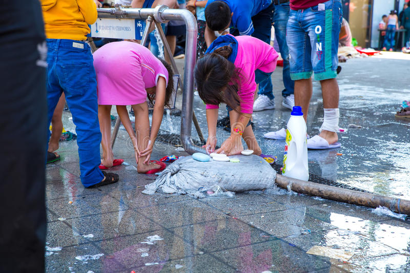 Vluchtelingskinderen die tot zoet water toegang hebben bij Keleti-Treinstati stock foto's