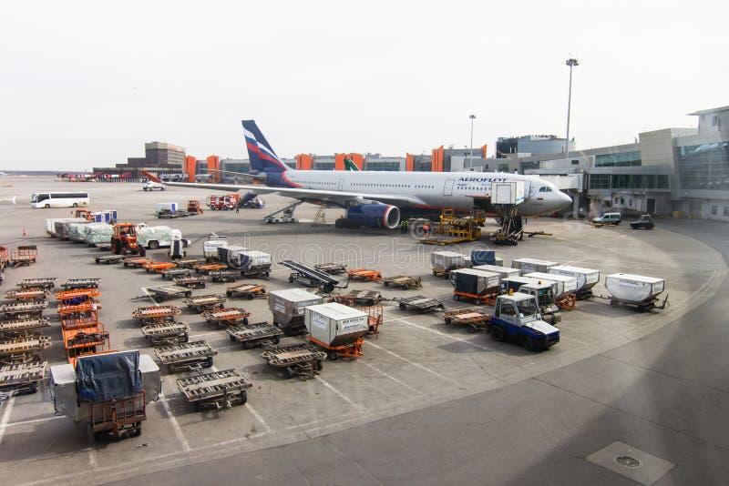 Vluchtgebied, de vliegtuigen van Aeroflot en ladingsvrachtwagens alvorens te nemen royalty-vrije stock afbeelding