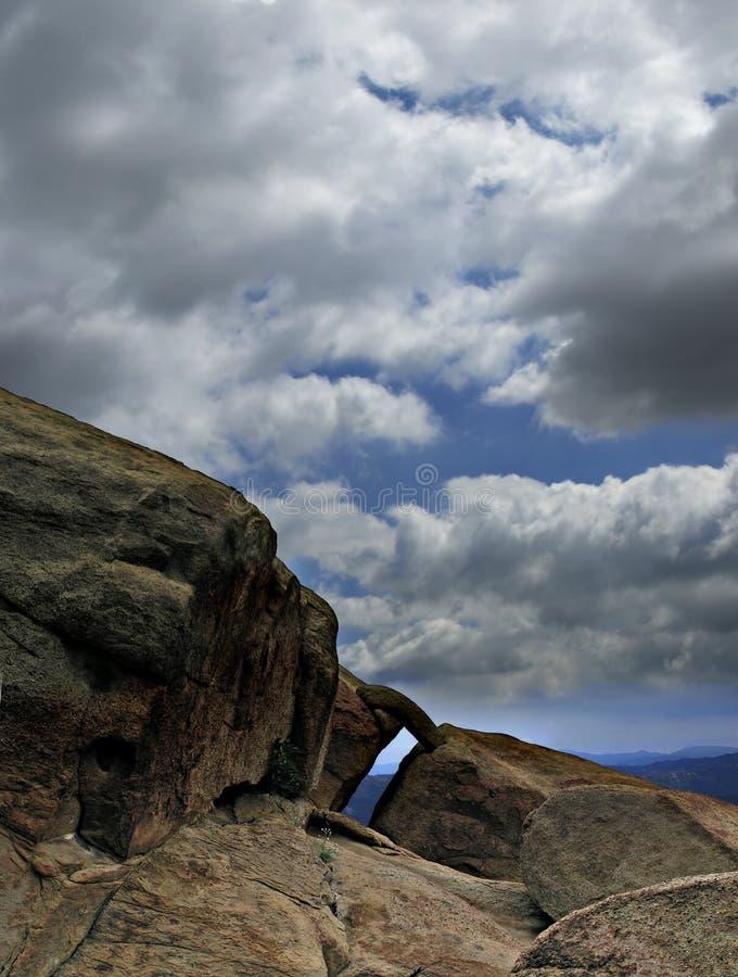 Voûte contre des nuages image stock
