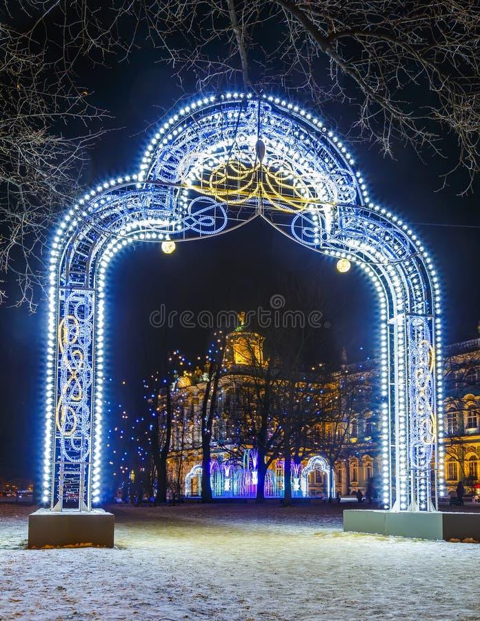 Voûte décorée des guirlandes pendant la nouvelle année à Pétersbourg la nuit image libre de droits