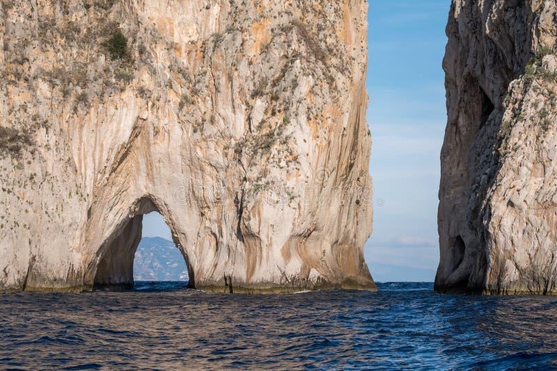 Voûte dans des piles de mer outre de côte de Capri, Italie Ils sont appelés Stella, Faraglione di Mezzo avec la voûte, et Fraglio photo stock