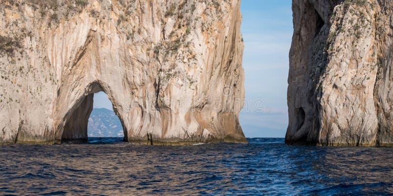 Voûte dans des piles de mer outre de côte de Capri, Italie Ils sont appelés Stella, Faraglione di Mezzo avec la voûte, et Fraglio photos libres de droits