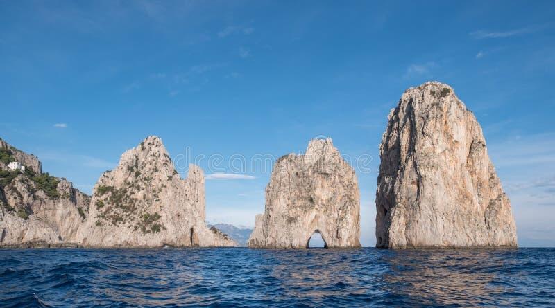 Voûte dans des piles de mer outre de côte de Capri, Italie Ils sont appelés Stella, Faraglione di Mezzo avec la voûte, et Fraglio image stock