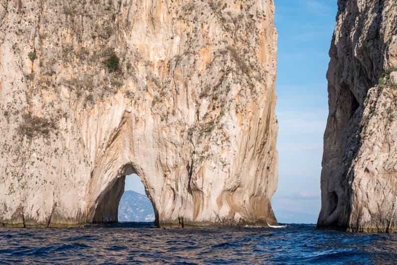 Voûte dans des piles de mer outre de côte de Capri, Italie Ils sont appelés Stella, Faraglione di Mezzo avec la voûte, et Fraglio photographie stock