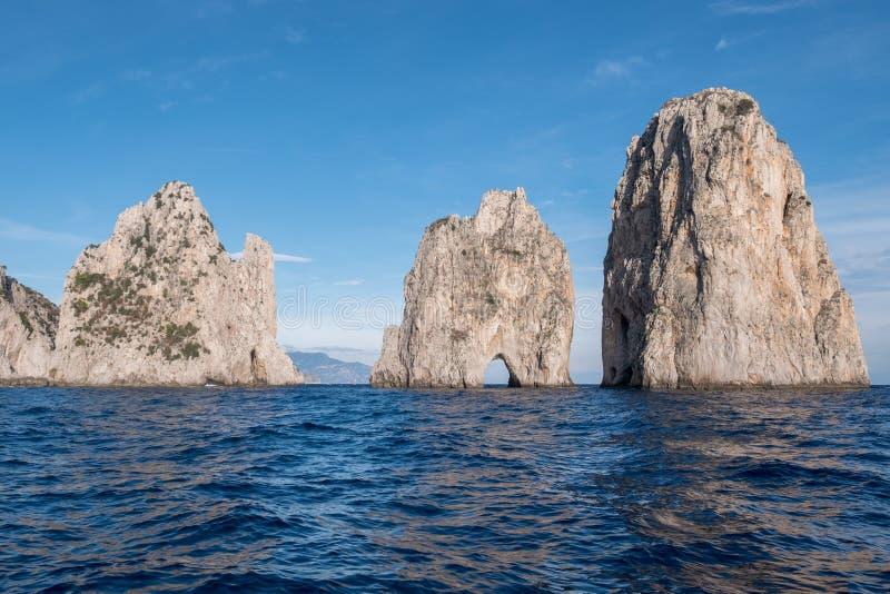 Voûte dans des piles de mer outre de côte de Capri, Italie Ils sont appelés Stella, Faraglione di Mezzo avec la voûte, et Fraglio images libres de droits
