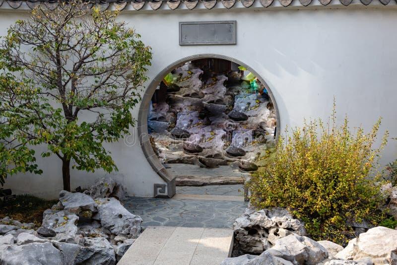 Voûte dans un mur à un jardin japonais image libre de droits