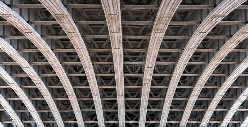 Voûte de cadre sous un pont au-dessus de la Tamise à Londres photo libre de droits
