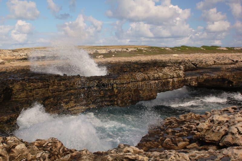 Voûte de la passerelle du diable avec le jet d'onde, Antigua. photos libres de droits