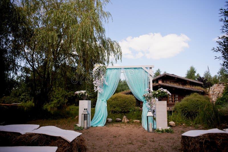Voûte de mariage de couleur de turquoise sur le lac de fond image libre de droits
