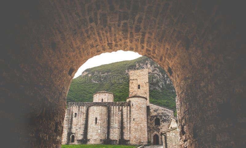 Voûte de passage couvert à l'abbaye de Chiuse d'alle de San Vittore Genga - à Ancona - en Italie photographie stock