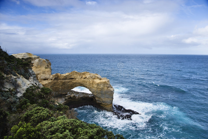 Voûte de roche dans l'océan. photographie stock