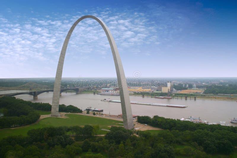 Voûte de St Louis et un chaland images stock