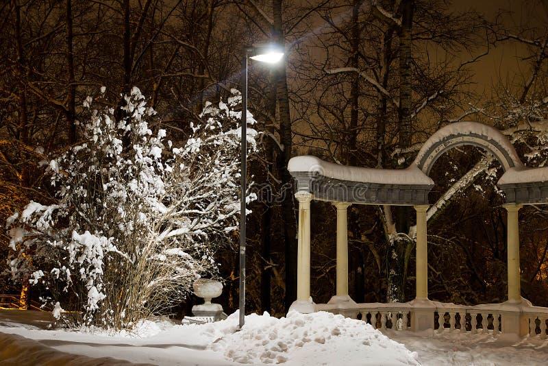 Voûte en pierre parmi la neige en parc photos libres de droits