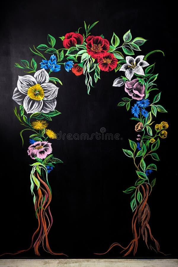 Voûte florale peinte sur un tableau Siège social avec le mur de tableau noir photos stock