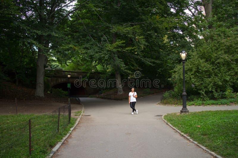 Voûte se tenante prêt de clairière de femme asiatique dans le Central Park photos stock