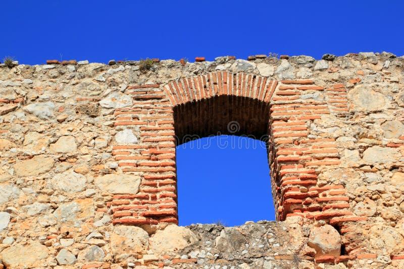 Voûte segmentaire de brique dans le mur en pierre de maçonnerie antique images stock