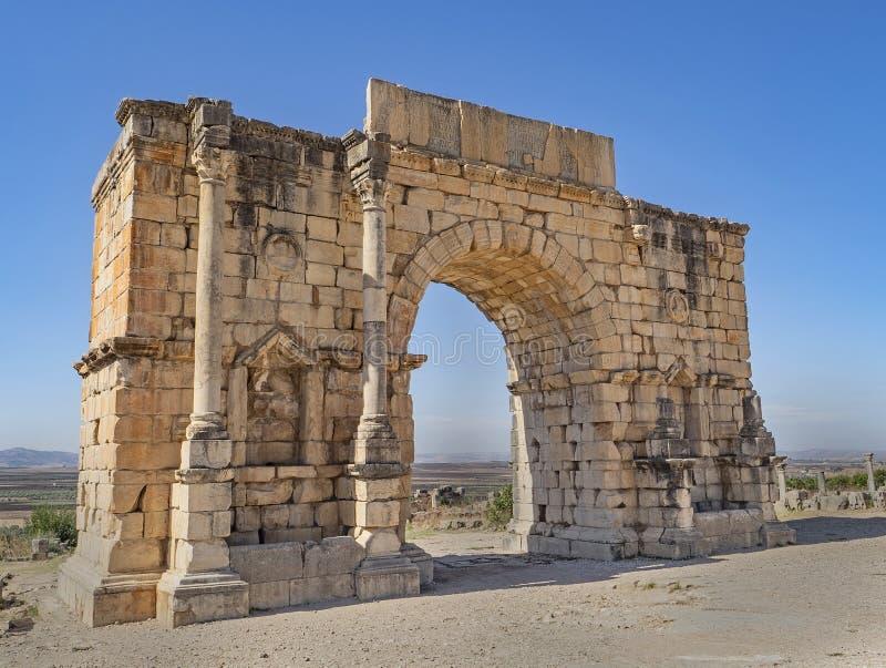 Voûte triomphale d'empereur Caracalla dans Volubilis, Maroc photo libre de droits