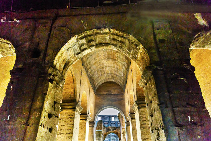 Voûtes à l'intérieur d'amphithéâtre Rome impérial Italie de Colosseum de couloirs photographie stock libre de droits