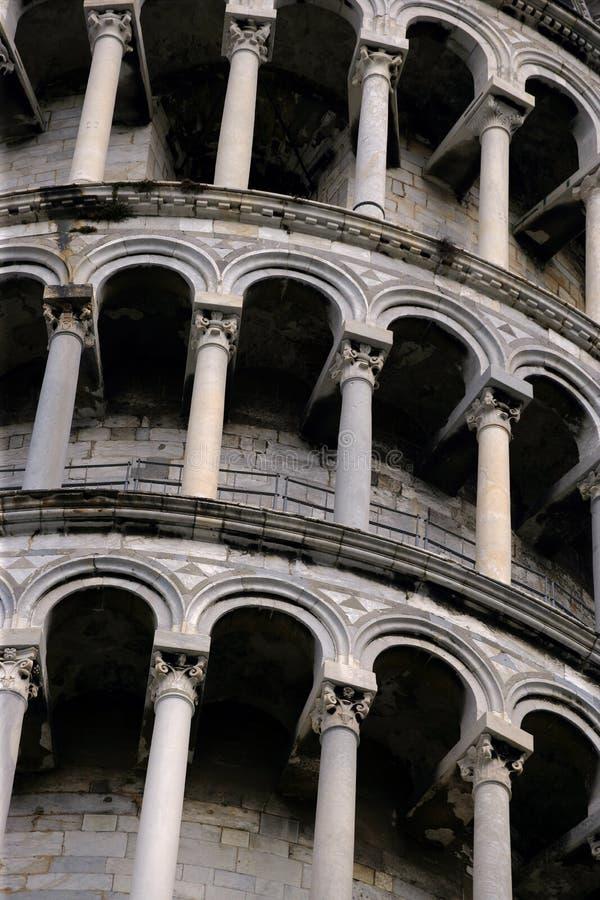 Voûtes de la tour penchée de Pise images stock