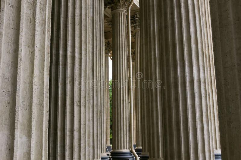 Voûtes et colonnes architecturales lapidées de fenêtre de façade Extérieur médiéval d'église de château Conception et détail mini photo stock
