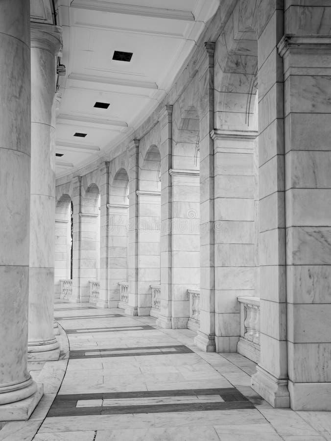 Voûtes et colonnes noires et blanches photographie stock