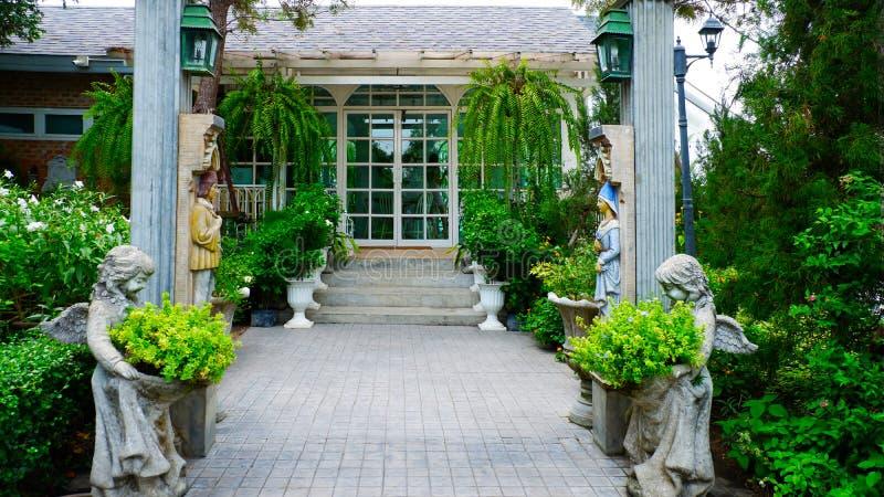 Voûtes et escaliers de style romain des restaurants en Thaïlande photographie stock