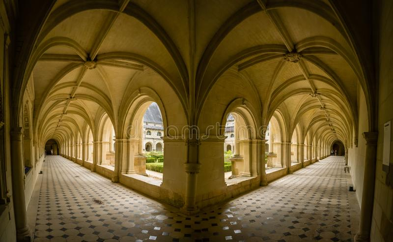 Voûtes et porche dans le monastère d'abbaye de fontevraud photo stock