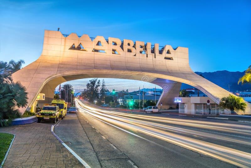 Voûte d'entrée de Marbella au crépuscule photographie stock