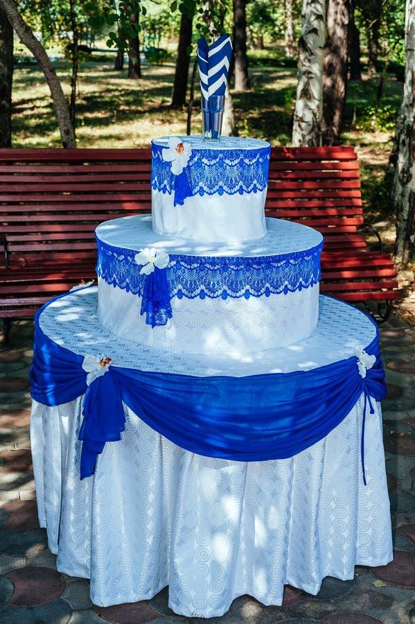 Voûte de cérémonie de mariage dans un beau jardin images libres de droits