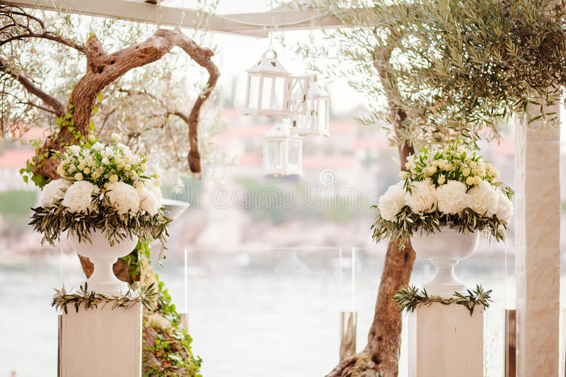 Voûte de cérémonie de mariage de destination photos stock