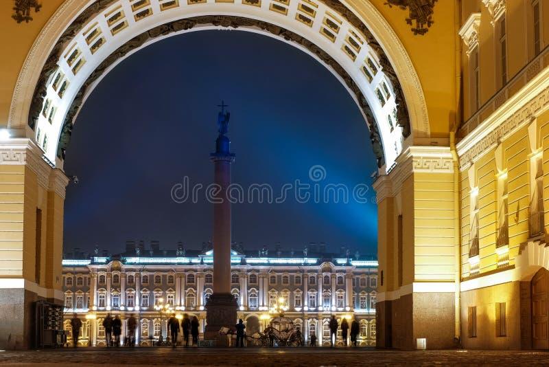 Voûte de colonne d'Alexandre d'état-major et d'ermitage la nuit photos stock