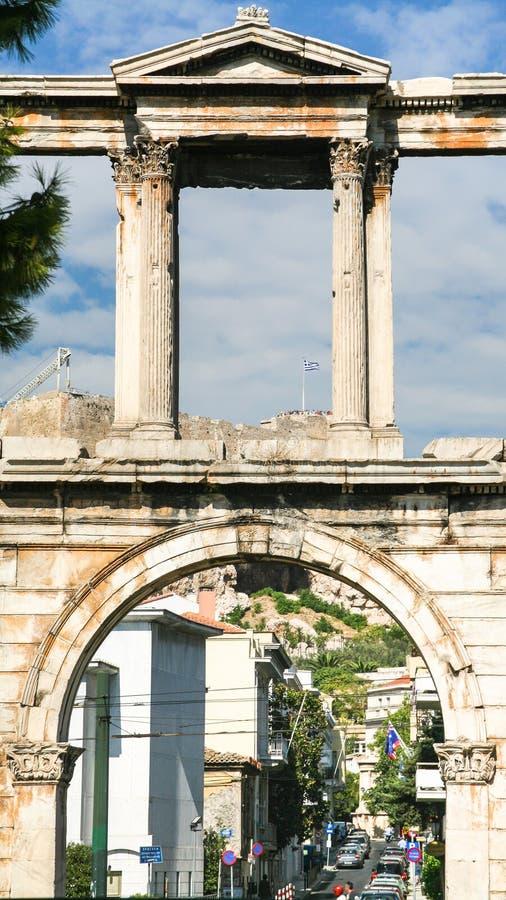 Voûte de Hadrian au-dessus de rue à Athènes photos libres de droits