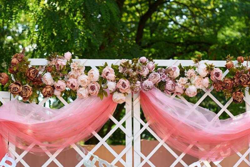 Voûte de mariage décorée des fleurs dans le jardin pour la cérémonie photo stock
