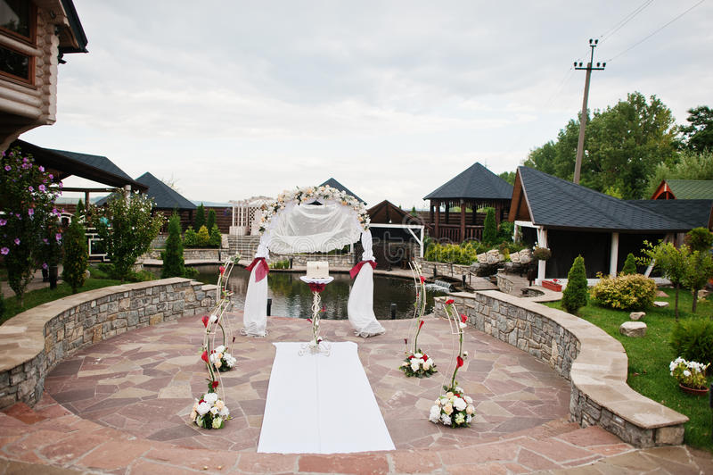 Voûte de mariage de décor à la cérémonie extérieure image libre de droits