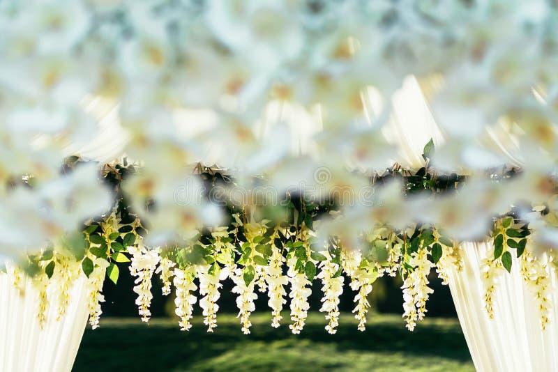 Voûte de mariage le jour ensoleillé dans l'endroit de cérémonie images libres de droits