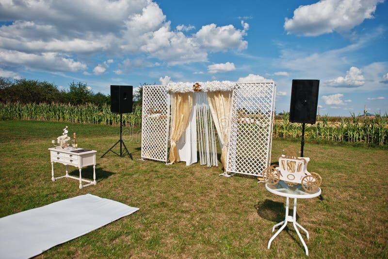 Voûte de mariage, tapis blanc avec la petite table sur blanc et d'or photographie stock