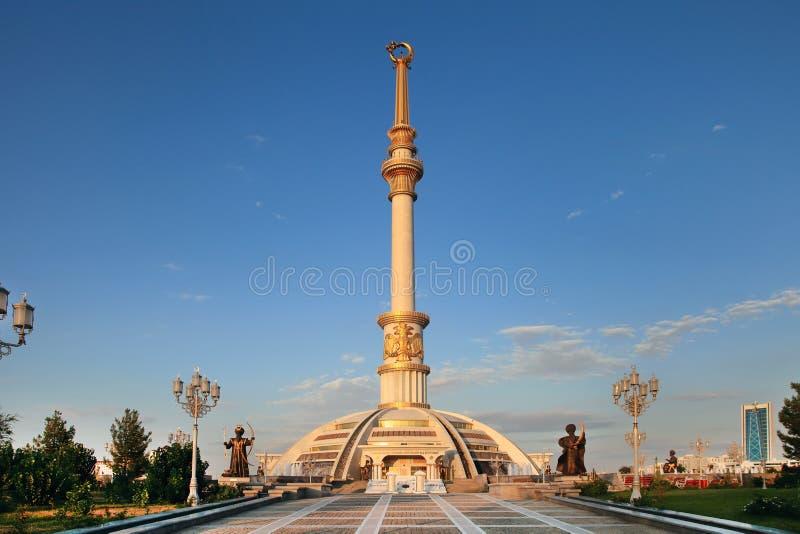 Voûte de Monumen de l'indépendance dans le coucher du soleil. Le Turkménistan. photographie stock