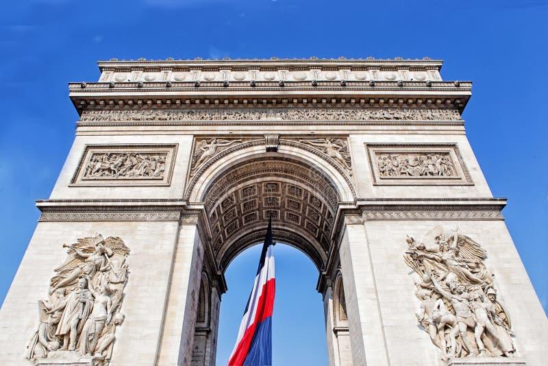 Voûte de triomphe avec le drapeau français à Paris, France photo stock