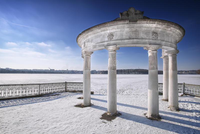 Voûte en parc d'hiver images stock