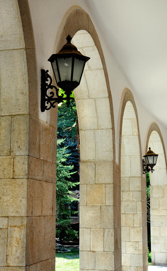 Voûte en pierre avec des lanternes photos stock