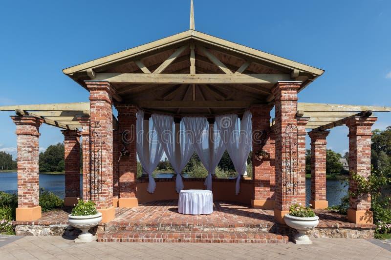 Voûte en pierre, décorée pour la cérémonie de mariage photos stock