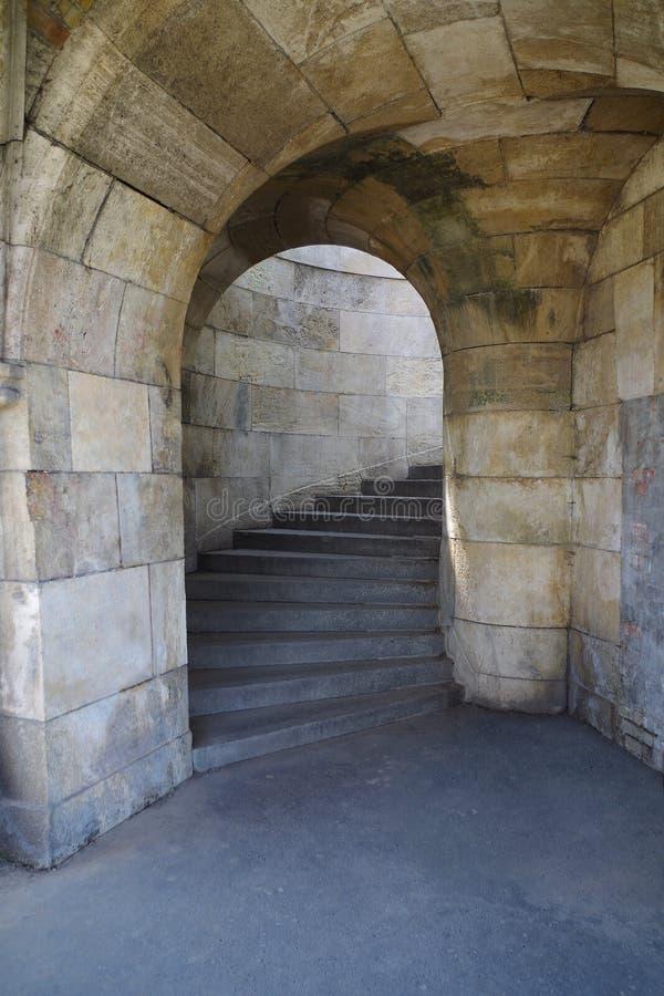 Voûte en pierre et étapes dans le château photo stock