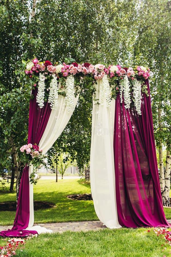 Voûte lilas de mariage avec des fleurs sur l'endroit de cérémonie images libres de droits