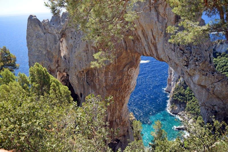 Voûte naturelle sur l'île de Capri, Italie images stock