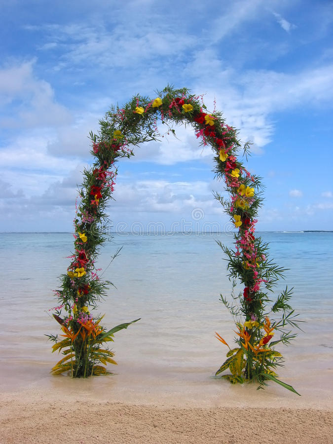 Voûte ou porte de mariage de plage images libres de droits
