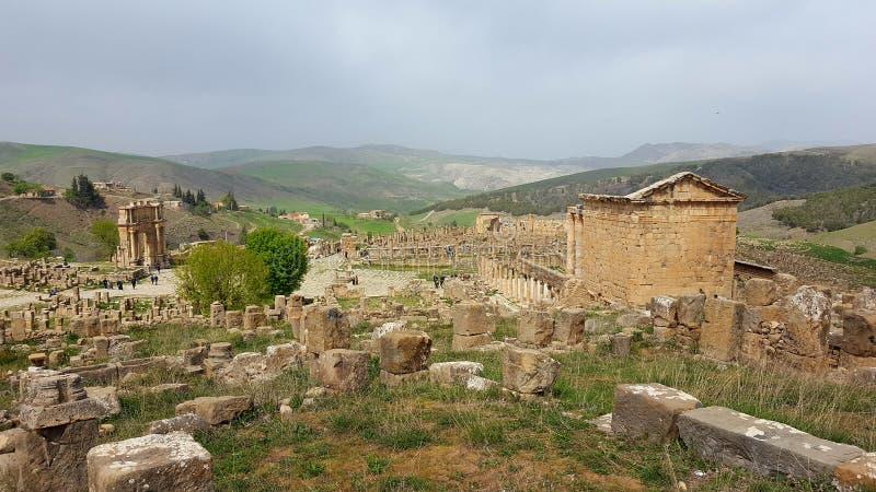 Voûte triomphale de caracalla, de village et de temple Septimien photographie stock libre de droits