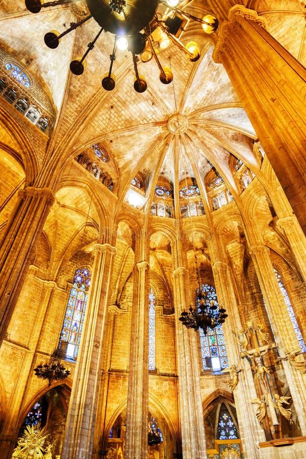 Voûtes gothiques dans l'intérieur de la cathédrale de Barcelone, Espagne images libres de droits