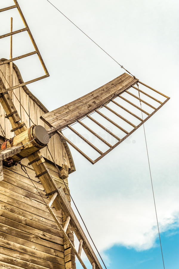 Voa o close up do moinho de vento de madeira da farinha foto de stock