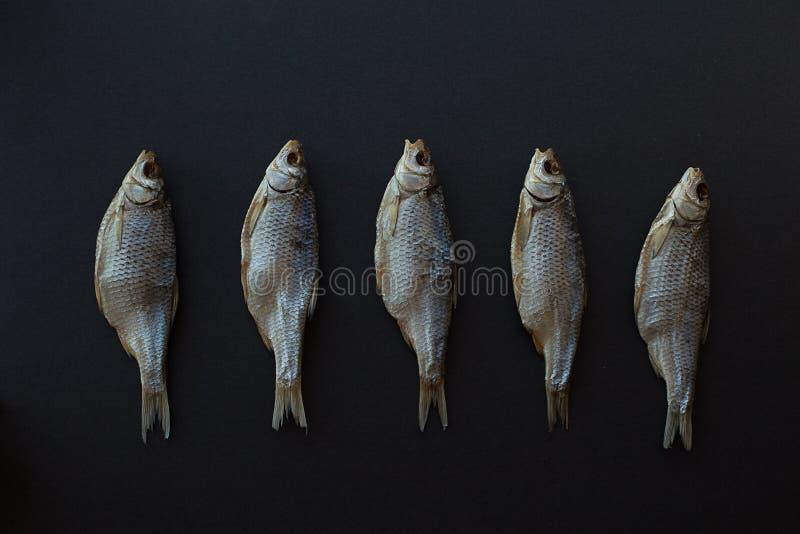 Vobla secco del pesce salato su un fondo nero Triotto caspico fotografia stock libera da diritti